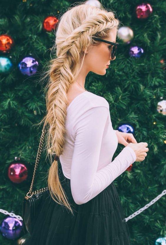 Ai là fan hâm mộ của nữ hoàng băng giá Elsa vào điểm danh nè. Mái tóc vàng bạch kim càng trở nên lộng lẫy hơn với bím tóc dài, tết từ mái đến tận đuôi tóc, vừa đơn giản nhẹ nhàng, vừa thanh cao quí phái.