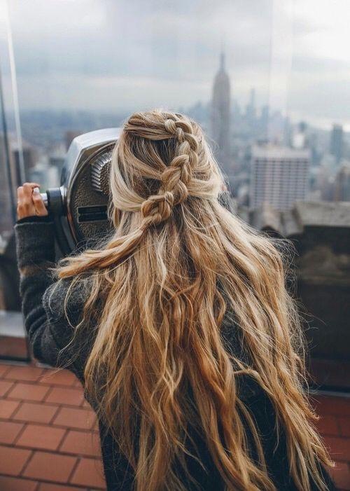 Tết tóc là cả một nghệ thuật, kiểu tóc tết này vừa lạ mắt lại dễ thực hiện. Không cần mất quá nhiều thời gian, bạn gái đã có được kiểu tóc xinh ngất ngây để xuống phố, với kiểu tóc này thì không cần tết chao chuốt quá mà hãy đểcho tóc được rối tự nhiên để trông đẹp mắt.