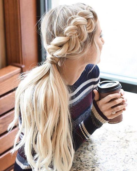 """Nếu bạn may mắn sở hữu mái tóc vừa nhiều, vừa dày thì đừng nên bỏ lỡ kiểu tóc tết này. Phần tóc mái tết""""dày cộm"""" sẽ khiến cho bạn trông như cô nàng búp bê trong các câu chuyện cổ tích với mái tóc vàng óng, khỏe khoắn."""