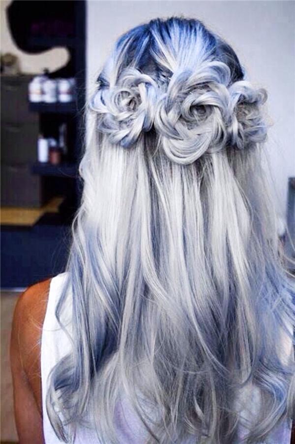 Tóc tết hình hoa rất thích hợp cho bạn gái đi tiệc hay tham gia vào những sự kiện trang trọng. Không cần phải đi tiệm để làm tóc cầu kì, chỉ cần vài thao tác tết tóc đơn giản là bạn đã có được quả đầu ưng ý mà còn cực kì sang trọng, hợp với không khí trang trọng, tao nhã của các buổi lễ.