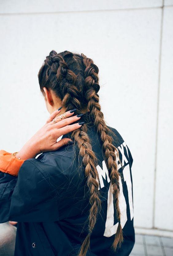 Tóc tết 2 đuôi là trào lưu được các bạn nữ lăng xê tích cực nhất trong năm 2016. Kiểu tóc này được ưa chuộng không chỉ bới nét khỏe khắn, năng động mà còn vì tính đơn giản, dễ thực hiện. Dù bạn là cô nàng cá tính hay nữ tính thì vẫn có thể diện đẹp kiểu tóc này.