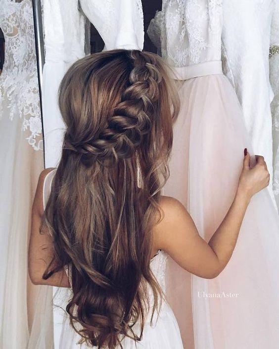 Tóc tết vòng cung từ phần mái rất thích hợp với những cô nàng sở hữu mái tóc dày và dài, kiểu tóc này được nhiều cô dâu ưa chuộng sử dụng trong dịp đám cưới, vừa tôn lên được vẻ mỏng manh thanh thoát, vừa làm diện mạo của bạn gái trở nên trẻ trung, đằm thắm hơn.