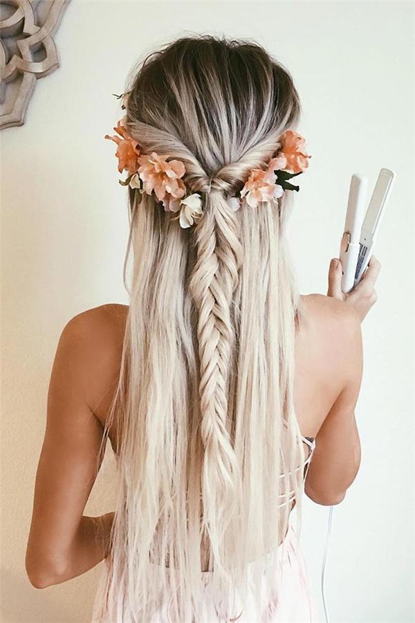 Tóc tết đuôi kết hợp với lận tóc sẽ khiến mái tóc trở nên độc đáo và ấn tượng hơn. Chỉ với một vài bông hoa tô điểm bên trên nữa thôi là bạn đã có ngay quả đầu đẹp lộng lẫy, khiến cho diện mạo của bạn tươi trẻ và nổi bậthơn rất nhiều.