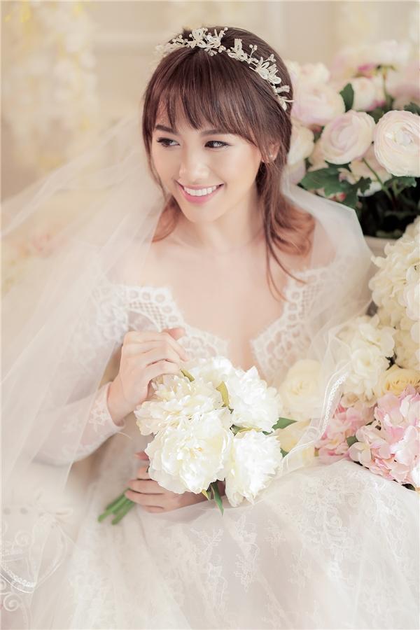 Hari Won mặc trang phục màu trắng, lúc thì trẻ trung, tinh nghịch, lúc lại ngọt ngào như một nàng công chúa. - Tin sao Viet - Tin tuc sao Viet - Scandal sao Viet - Tin tuc cua Sao - Tin cua Sao