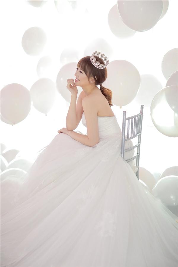 Đảm nhận phần trang phục trong bộ ảnh cưới này là nhà thiết kế Chung Thanh Phong. - Tin sao Viet - Tin tuc sao Viet - Scandal sao Viet - Tin tuc cua Sao - Tin cua Sao