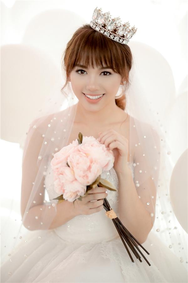 Cô dâu Hari Won được trang điểm theo phong cách tự nhiên, trẻ trung, thanh thoát. - Tin sao Viet - Tin tuc sao Viet - Scandal sao Viet - Tin tuc cua Sao - Tin cua Sao