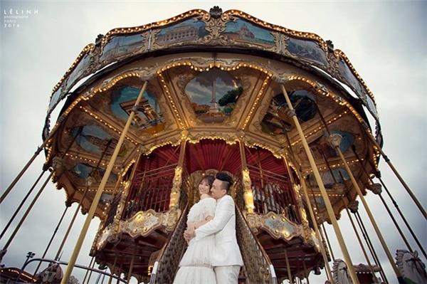 Bên cạnh áo dài truyền thống, cô dâu Hari Won còn diện váy cưới xếp tầng hiện đại trong những shot ảnh ở khu vui chơi đối diện tháp Eiffel. - Tin sao Viet - Tin tuc sao Viet - Scandal sao Viet - Tin tuc cua Sao - Tin cua Sao