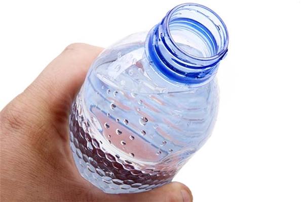 Con người có thể nhịn ăn trong vài ngày nhưng không thể nhịn nước được lâu.