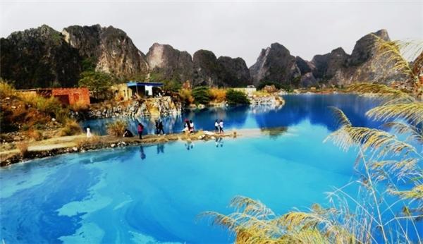 Hồ nước được bao quanh bởidãy núi đá vôi Trại Sơn. (Ảnh: VNExpress)