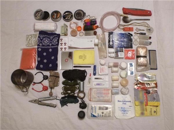 Mỗi người lúc nào cũng nên thủ sẵn những vật dụng cần thiết cho những tình huống sống còn.