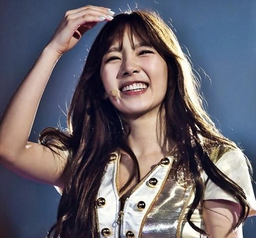 Khi nhìn Tae Yeon cười, cả thế giới xung quanh như bừng sáng.