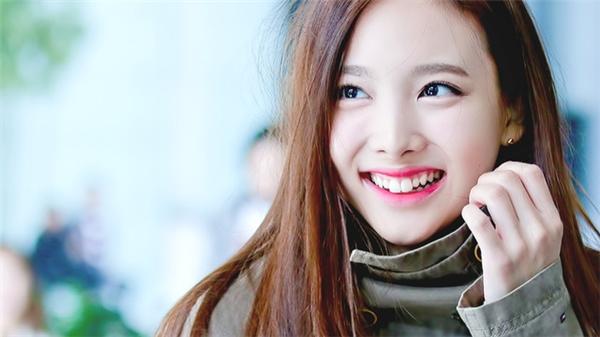 Na Yeon có một nụ cười tươi tắn với chiếc răng thỏ cực xinh.