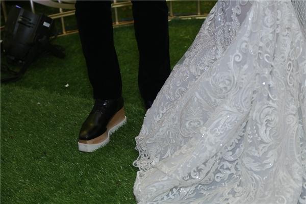 """Trong tiệc cưới của Hari Won, Trấn Thành vừa qua, bên cạnh những bộ trang phục cưới thì một điều khiến khán giả chú ý chính là việc Trấn Thành phải sử dụng giày độn để không bị """"lép vế"""" trước bà xã. Đôi giày đế bánh mì cao đến gần chục phân của thương hiệu Stella McCartney, có giá khoảng 20 triệu đồng và là... giày nữ!"""