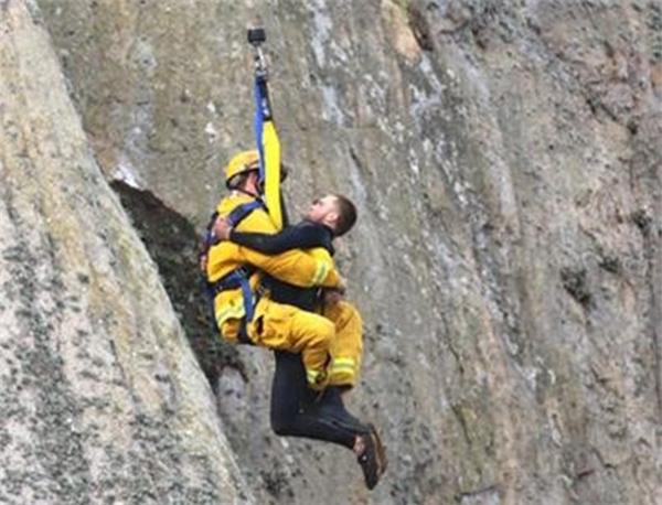 Tuy nhiên, sau niềm vui được bạn gái nhận lời cầu hôn, anh chàng đã bị mắc kẹt khi leo xuống núi và phải gọi cứu hộ đến trợ giúp. (Ảnh: Bob Isenberg)