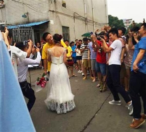Cô giáo xinh đẹp cầu hôn bạn trai nhận được sự ủng hộ của nhiều người. (Ảnh: Sina)