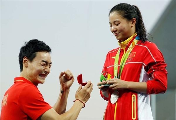 Khải Tần và Tư Hà đều là vận động viên nhảy cầu của Trung Quốc. (Ảnh: The Sun)