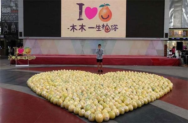 Dù đã xếp 99 quả bưởi thành hình trái tim để tỏ tình nhưng chàng trai vẫn bị từ chối phũ phàng. (Ảnh: Globaltimes)