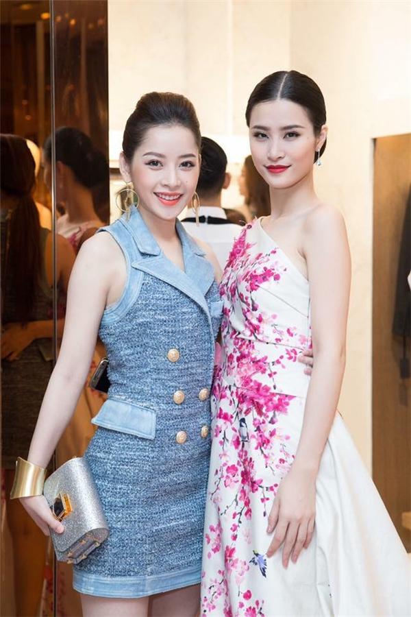 Đông Nhi như mang cả mùa xuân đến buổi tiệc với bộ váy xòe rộng, nền trắng, họa tiết hoa đào. Phong cách thời trang nữ tính, cổ điển cũng khá phù hợp với thân hình mảnh mai của nữ ca sĩ.
