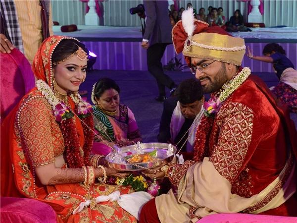 Jay Savani - cháu của vị đại gia kim cươngvà cô dâuDivya tại đám cưới tập thể.
