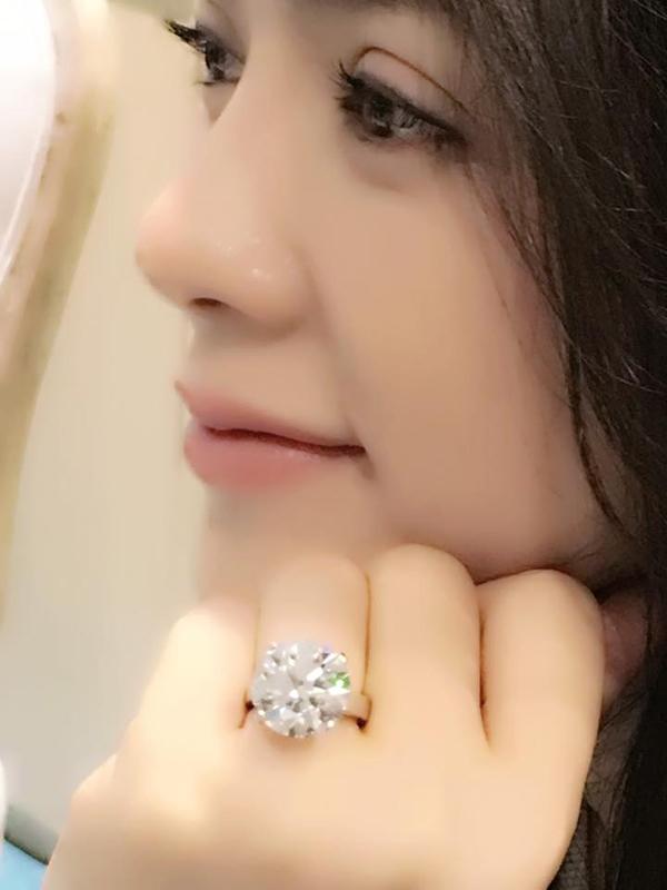 Lý Nhã Kỳ khoe chiếc nhẫn kim cương hơn 100 tỷ do bạn trai tặng. - Tin sao Viet - Tin tuc sao Viet - Scandal sao Viet - Tin tuc cua Sao - Tin cua Sao