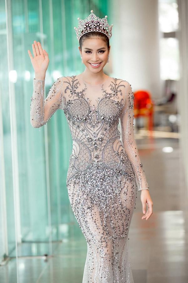 Theo như tiết lộ của Đỗ Long, bộ váy này đã được 6 thợ may làm liên tục trong 300 giờ để Phạm Hương có màn xuất hiện rực rỡ, chỉn chu nhất có thể.