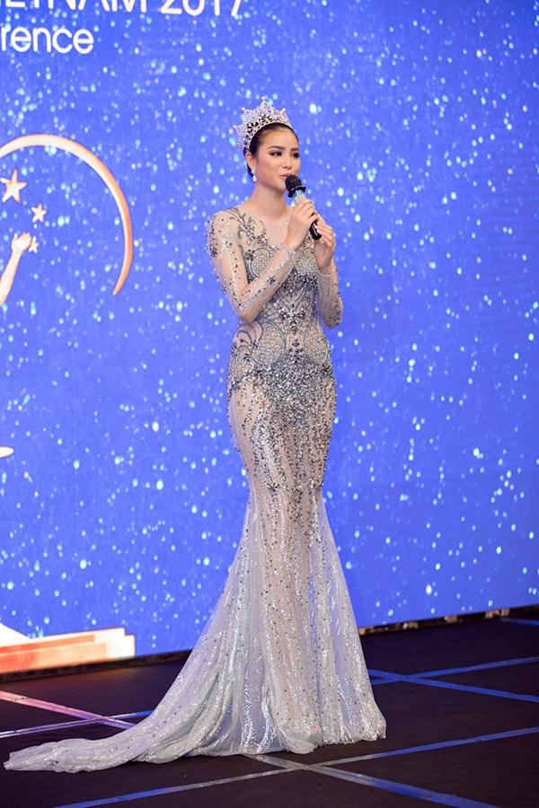 Hôm qua (27/12) cũng là kỉ niệm đúng 1 năm Phạm Hương trở về Việt Nam trong vòng tay chào đón của hàng nghìn người hâm mộ cũng như sự quan tâm đặc biệt của giới truyền thông. Dù không giành được thành tích cao tại cuộc thi, nhưng những gì đã làm được tại cuộc thi Miss Universe 2015 đã giúp Phạm Hương được chào đón đặc biệt và nhận nhiều tình cảm, sự trân trọng.