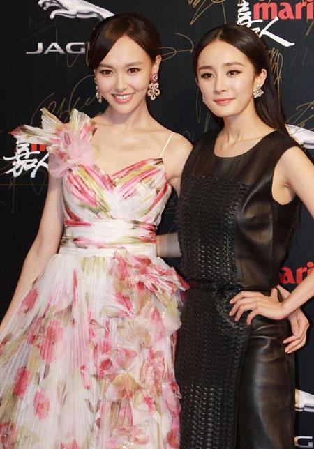 Là cặp chị em thân thiết của làng giải tríDương Mịch - Đường Yênthường bị đem ra so sánh với nhau về nhan sắc, phong cách thời trang, độ hạnh phúc trong tình yêu và cả hình ảnh sân bay.