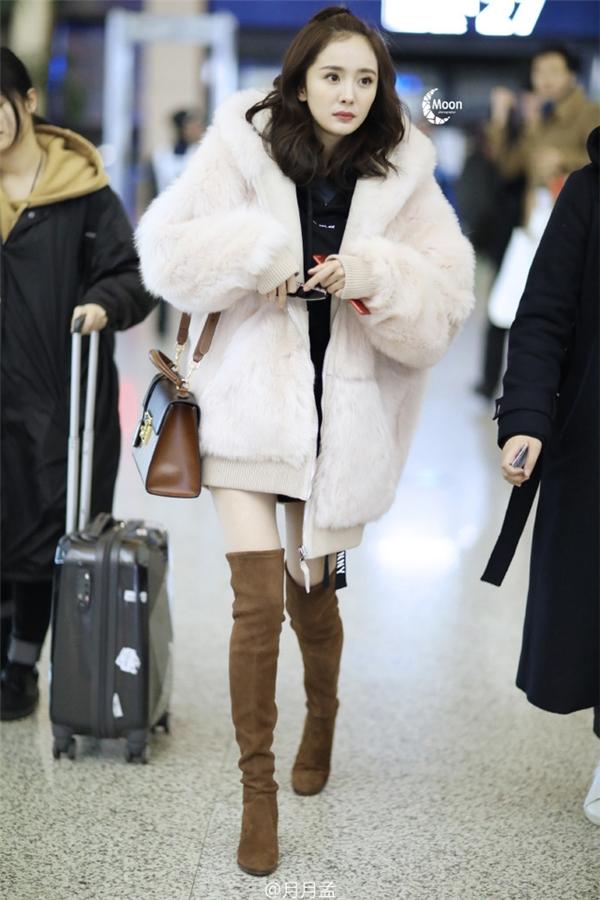 Dương Mịch xuất hiện lộng lẫy đè bẹp Đường Yên tại sân bay