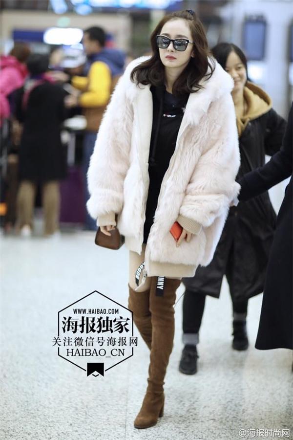 Thời trang ngọt ngào quyến rũ của bà mẹ một con Dương Mịch được các netizen xứ Trung hết lời khen ngợi.
