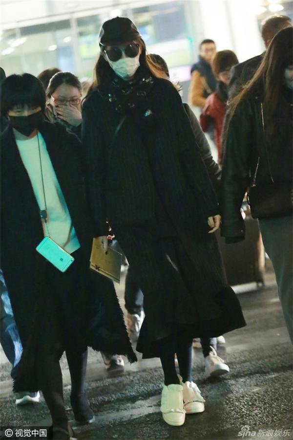 Đường Yên xuất hiện tại sân bay trong bộ trang phục kín mít từ đầu tới chân.