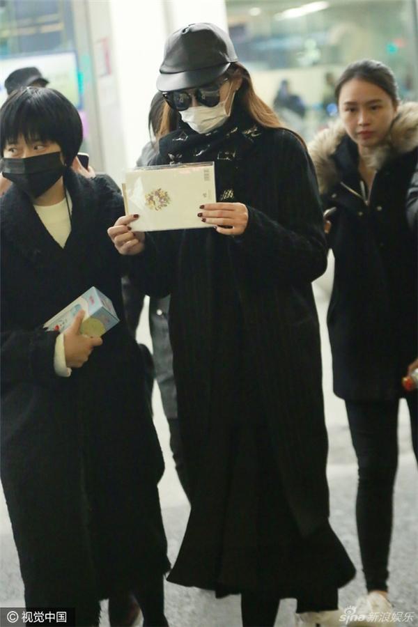 """Thời trang sân bay của Đường Yên bị chê là """"luộm thuộm"""", kém nổi bật. """"thua xa"""" Dương Mịch."""