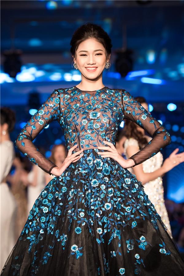 Đây là thiết kế ấn tượng nằm trong bộ sưu tập mới của nhà thiết kế Lê Thanh Hòa với tên gọi Lam Vũ vừa được trình làng cách đây không lâu. Với lối trang điểm tự nhiên nhưng vẫn sắc nét, người đẹp tỏa sáng trên sàn catwalk với những bước đi uyển chuyển, chuyên nghiệp.