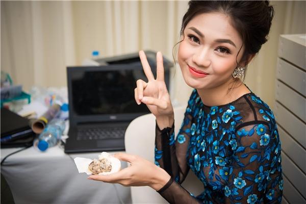 Ở hậu trường, Á hậu Thanh Tú trở thành cô gái vô tư khi liên tục chụp ảnh xì-tin. Do lịch làm việc dày đặc nên người đẹp phải dùng đỡ bánh bao trong khoảng thời gian chờ đợi để chống đói.