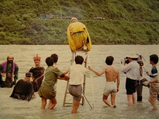 Các thầy trò Đường Tăng phải lội xuống sông để thực hiện cảnh quay, riêngLục Tiểu Linh Đồngcòn phảingồi trên chiếc thang để quay cảnh bay vô cùng nguy hiểm.