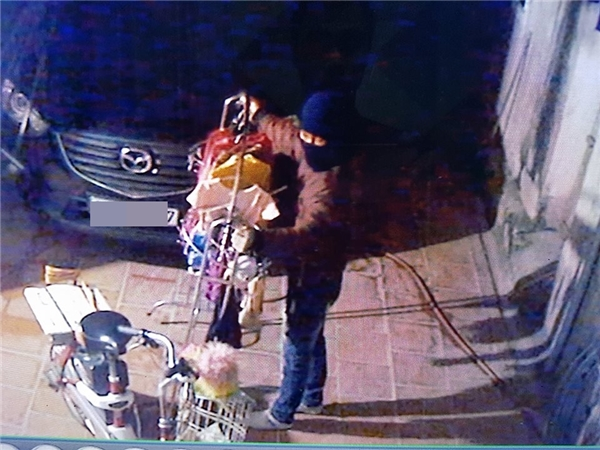 Tên trộm bá đạo nhất năm, trộm xe rồi giơ tay khiêu khích chủ nhà