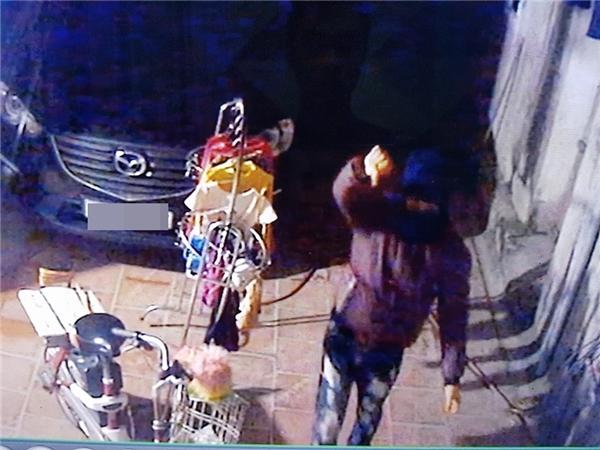 Sau khi thực hiện xong hành vi trộm cắp, hắn ngang nghiên giơ ngón tay cái về phía camera khiêu khích chủ nhà.