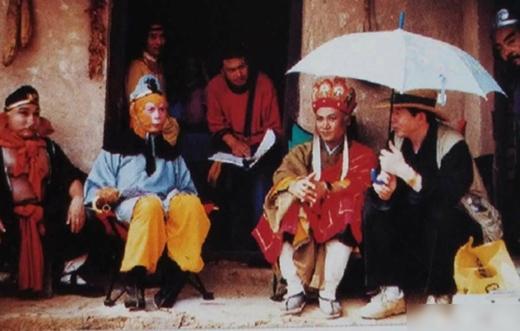 Cả đoàn ngồi nghỉ ngơi chuẩn bị cho cảnh quay tiếp theo.
