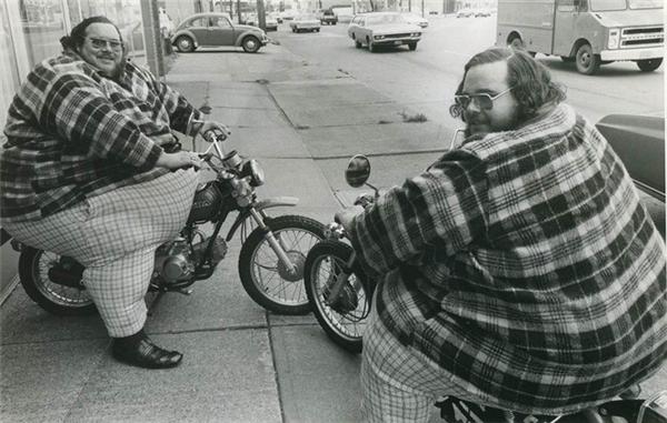 Cặp sinh đôi nặng nhất: Billy Leon McCrary (1946 - 1979) và Benny Loyd McCrary (1946 - 2001) (người Mỹ) với cân nặng lần lượt là 337kg và 328kg, vòng eo cùng 2,13m. Sau này trở thành đô vật chuyên nghiệp, cả hai đều ép cân lên 349kg. Được biết lúc nhỏ cân nặng của cả hai đều bình thường, chỉ đến khi lên 6 cơ thể họ mới bắt đầu phình to ra. Cùng sinh vào ngày 07/12/1946, Billy qua đời trước vì trụy tim tại Thác Niagara, Ontario, Canada vào ngày 13/01/1979 sau khi bị té trong khi đang đạp xe. Còn Benny qua đời vào ngày 26/03/2001, cũng vì bị trụy tim.