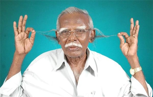 Lông tai dài nhất: Anthony Victor (người Ấn Độ) với đám lông mọc từ bên trong lỗ tai dài đến 18,1cm. Ông là một thầy hiệu trưởng đã nghỉ hưu, lúc còn đi dạy thường khiến học sinh khiếp sợ với đôi lỗ tai của mình.