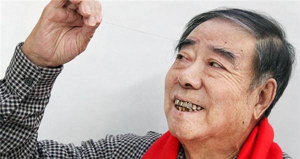 Sợi lông mày dài nhất: Zheng Shusen (người Trung Quốc) với một sợi lông mày vĩ đại dài đến 19,1cm. Ông cho biết vì sợi lông này thường chui vào miệng trong khi ăn nên ông thường vén nó ra sau tai.
