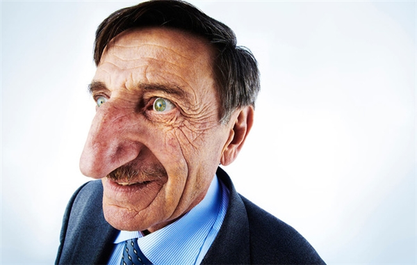 Chiếc mũi dài nhất: Mehmet Ozyurek (người Thổ Nhĩ Kỳ) với chiếc mũi ấn tượng dài đến 8,8cm