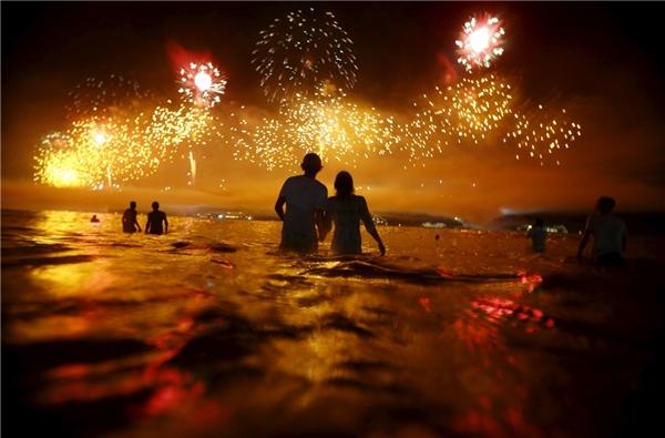 Xem pháo bông trên biển Copacabana trong đêm giao thừa tại Rio de Janeiro, Brazil.