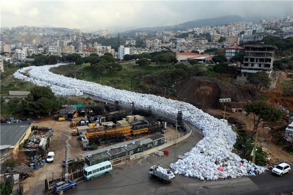 Đây là hình ảnh những túi rác ở Jdeideh, Beirut, sau khi Li Băng hủy bỏ kế hoạch xuất khẩu rác sang Nga, đưa cuộc khủng hoảng rác thải kéo dài suốt sáu tháng ở Beirut trở lại vị trí ban đầu. Ảnh được chụp vào 23/2.