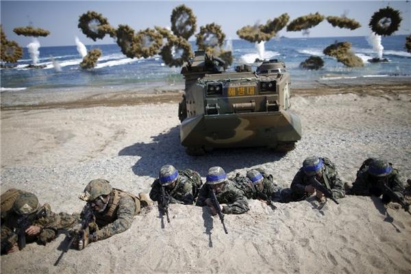 Lính Hàn Quốc (băng đội đầu màu xanh) và Thủy quân lục chiến Mỹ trong cuộc tập trận đổ bộ và tấn công trên những bãi biển gần thành phố Pohang, Hàn Quốc, vào ngày 12/3.