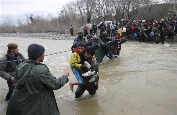 Người tị nạn và người di cư tạo vượt sông gần biên giới Hy Lạp - Macedonia, thuộc phía tây của làng Idomeni, Hy Lạp, vào ngày 14/3.