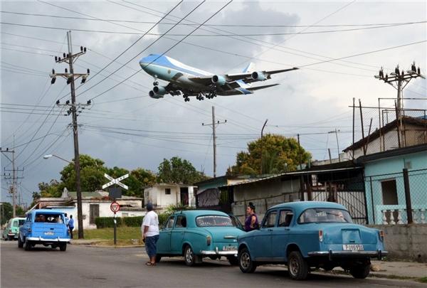 Chiếc Air Force One chở Tổng thống Barack Obama cùng gia đình bay qua một khu dân cư ở Havana vào ngày 20/3.
