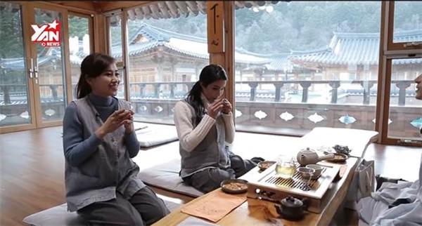Uống trà và đàm đạo với sư thầy.