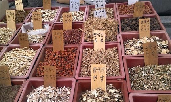 Thảo mộc bày bán khắp nơi trong chợ!