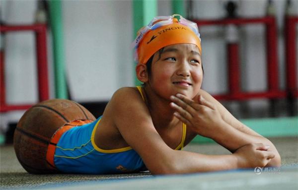 Trong thời gian điều trị phục hồi chức năng tại một bệnh viện ở Bắc Kinh, cô bé đã được nhận vào câu lạc bộ bơi lội.