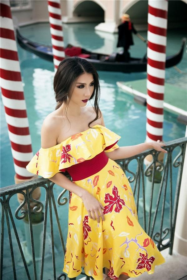 Ngọc Quyên luôn biết khai thách tối đa vóc dáng quyến rũ của mình trong cách thiết kế cúp ngực, tôn dáng. Phần thân áo xếp ly tuy giản dị, nhẹ nhàng nhưng vẫn phô diễn được bờ vai nõn nà của người đẹp.